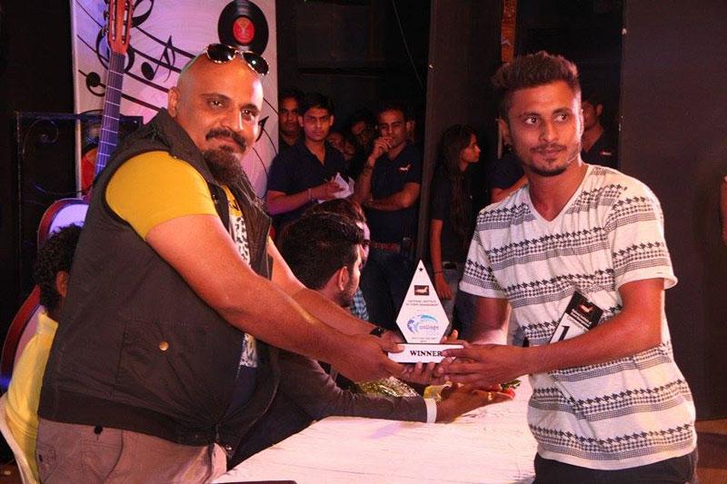 Arvinbd vegda handing over the prizes